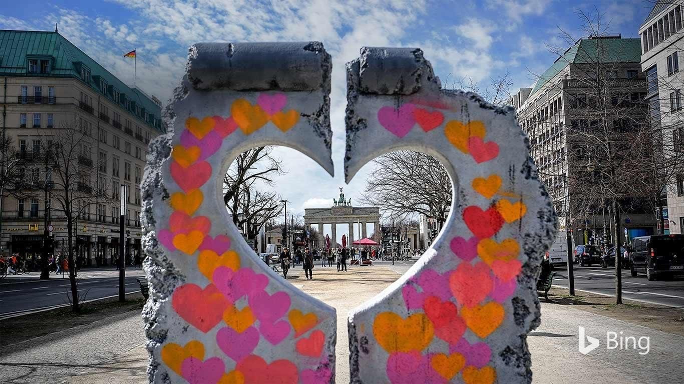 We Re Gazing At The Brandenburg Gate A Symbol Of Peace And Unity Through A Heart Shaped Replica Of A Remnant Of The Berl Berlin Wall Fall Of Berlin Wall Berlin