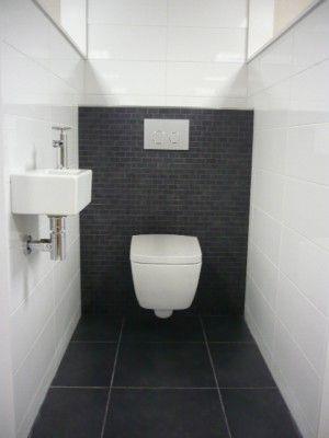 Mooie zwarte tegeltjes achter de wc passend bij de grote zwarte vloertegels badkamer toilet - Doucheruimte deco ...
