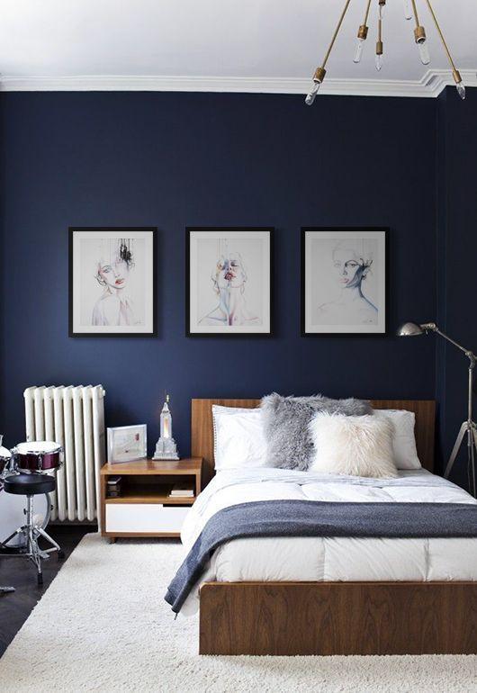 Een donkerblauwe muur in de slaapkamer, welke kleuren passen daarbij?