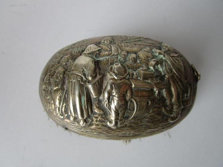 Zilveren Zaanse borstel met markttafereel.