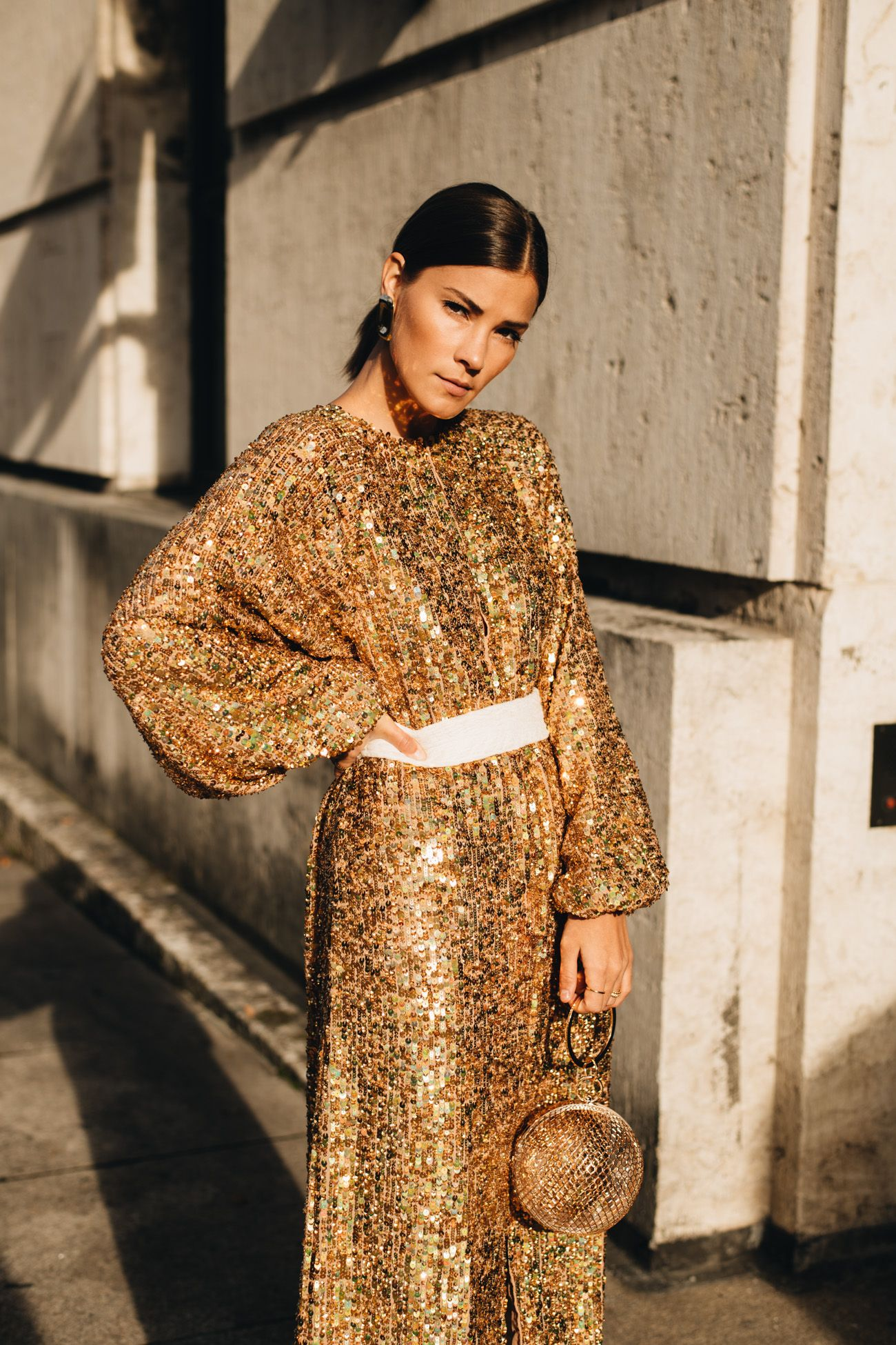 Silvester Outfit mit goldenem Midi-Paillettenkleid, Slouch
