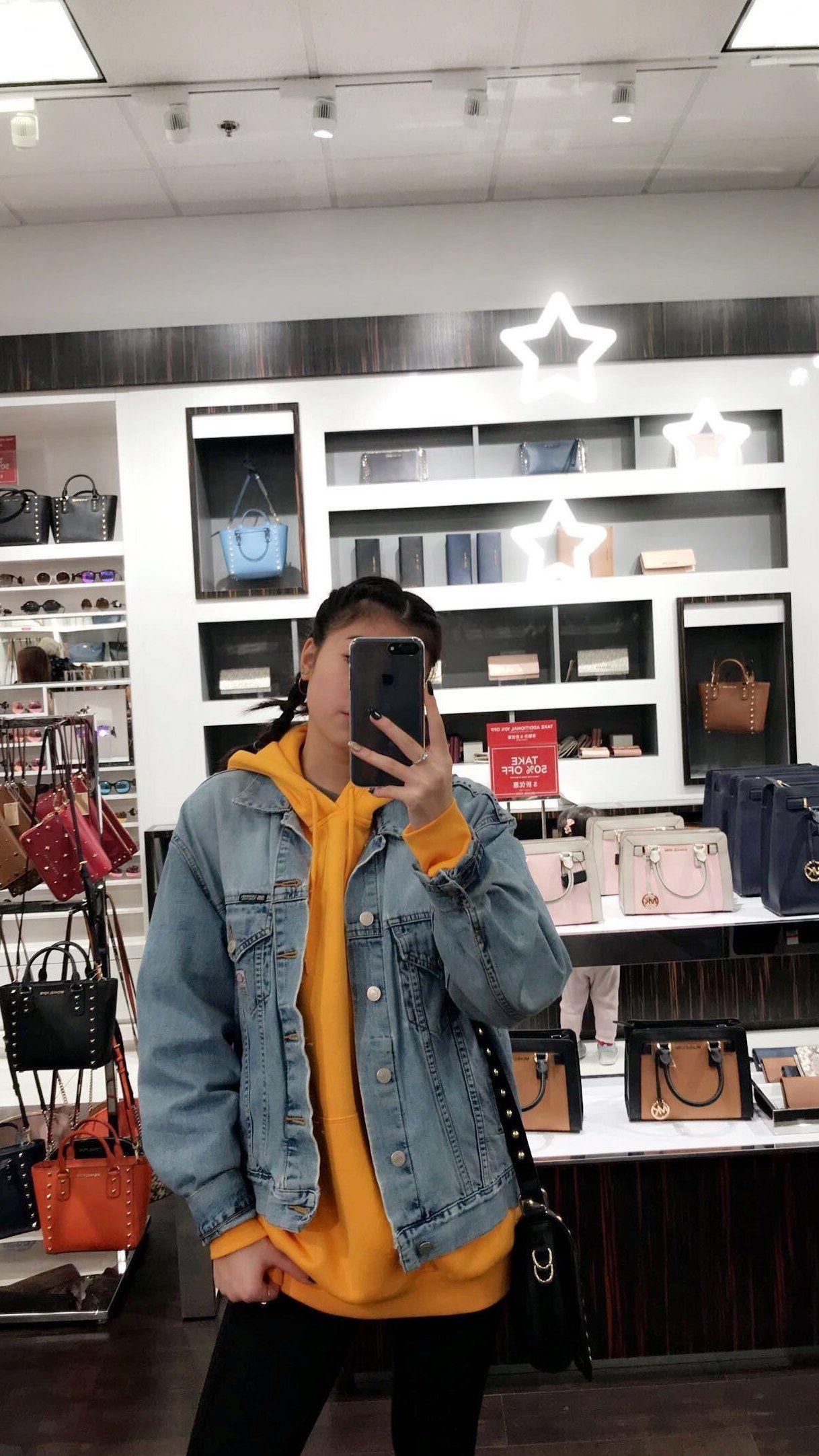 Changer La Couleurs Du Hoodie Mais L Idee Est La Yellow Hoodie Outfit Hoody Outfits Hoodie Outfit Casual Clothes [ 2164 x 1218 Pixel ]