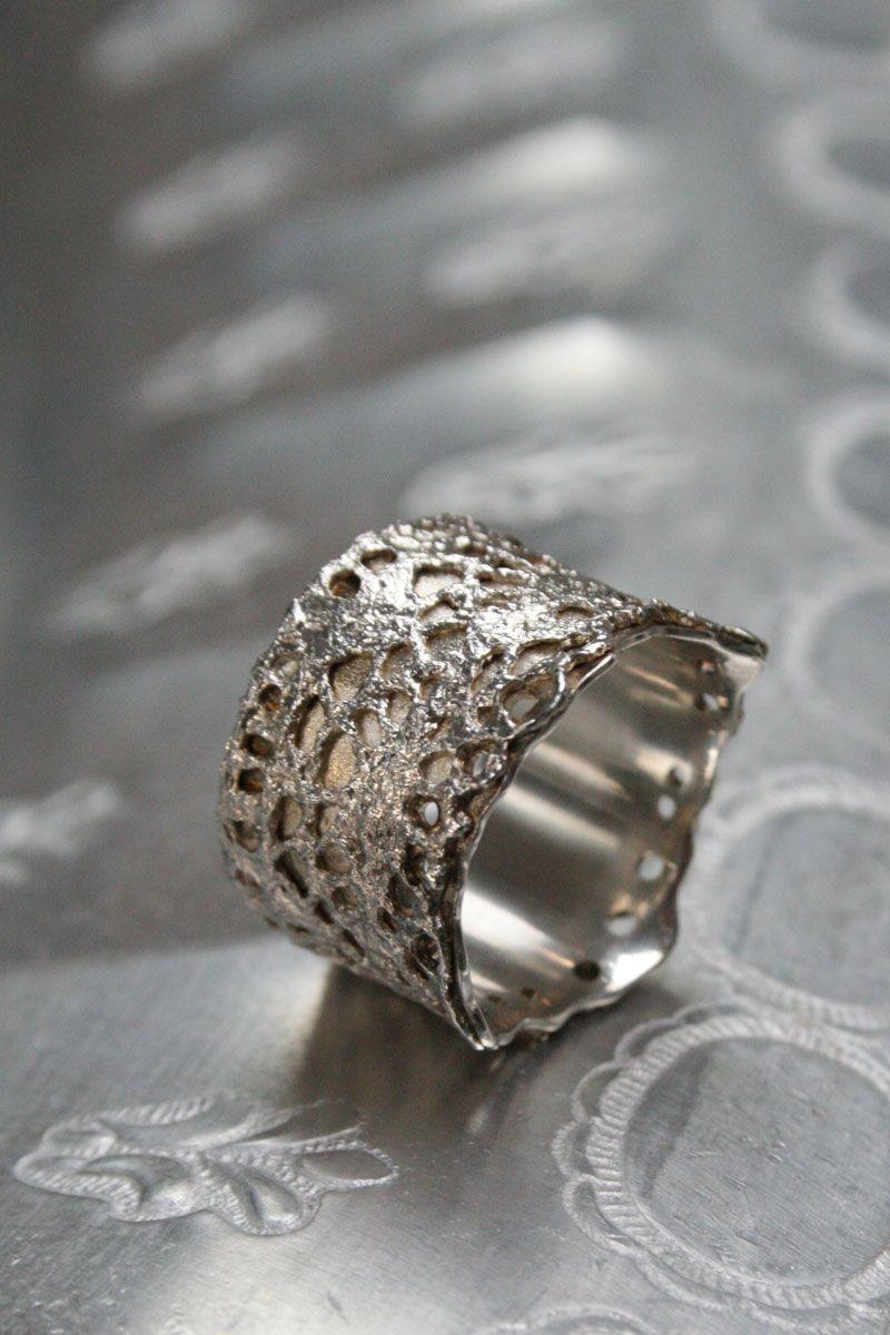 """Wat een bijzonder sieraad deze """"Beatriz"""" ring van zilver kant. Een """"kroon"""" aan je vinger, ooit zoiets unieks gezien? www.molitli.nl"""
