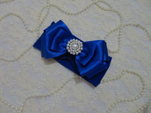Faixa de meia de seda azul royal com laço triplo de fita de cetim azul royal com miolo de pérolas. R$ 17,95