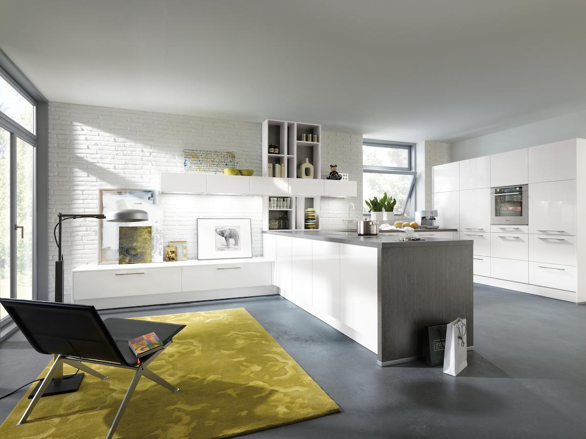 une d co de choix pour cette cuisine aviva blanche et brillante sur b ton cir e http www. Black Bedroom Furniture Sets. Home Design Ideas