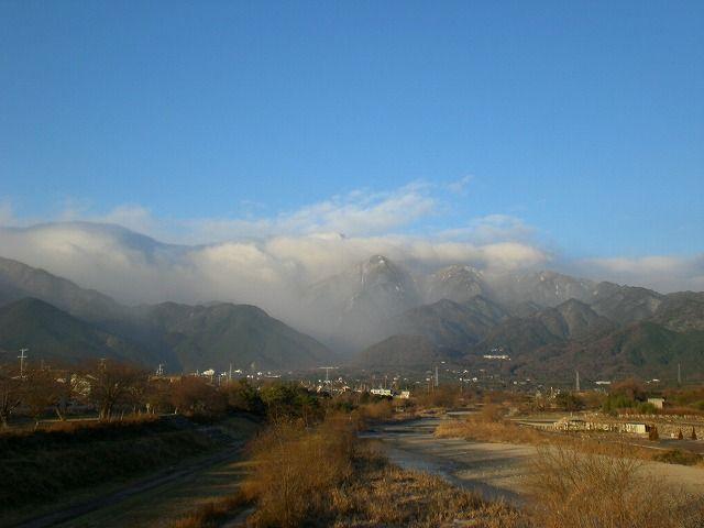 菰野町菰野地区 雪雲に覆われる鈴鹿の山々。 菰野大橋より 平成24年12月24日撮影