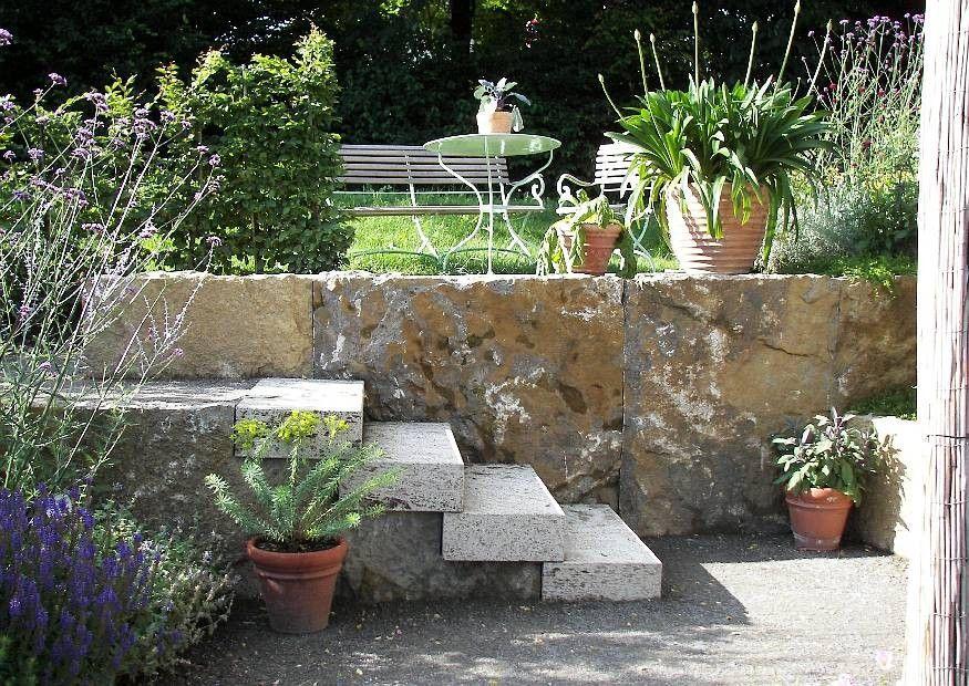 Mediterrane Terrasse gestalten Worauf kommt es an Mediterran - sitzplatz im garten mit steinmauer