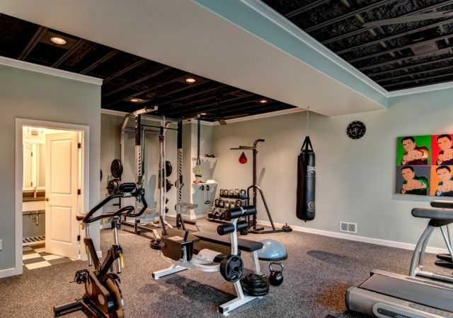 grosses heim fitnessstudio teppichboden hellblaue wandfarbe