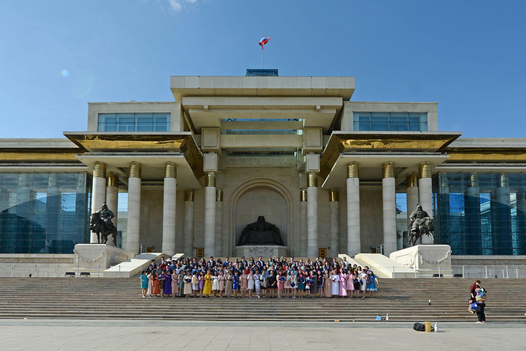 Le Palais du Gouvernement et la statue de Gengis Khan Le