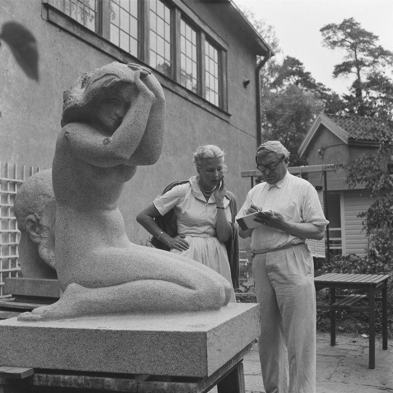 Kuvanveistäjä Wäinö Aaltonen ateljeensa pihalla Kulosaaressa, Mannerheiminkatu 1 (= Marsalkantie 16).  Bonin Volker von 1952 Helsingin kaupunginmuseo.