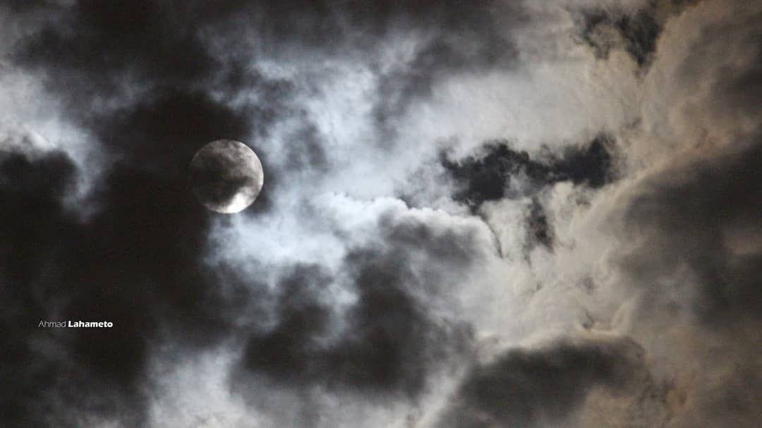 هو القمر خجول ولا الغيمه غيورة صور تصوير كتاباتي كتابات اقتباسات اقتباس تصويري عدستي Art Photooftheday Pho Moon Celestial Celestial Bodies
