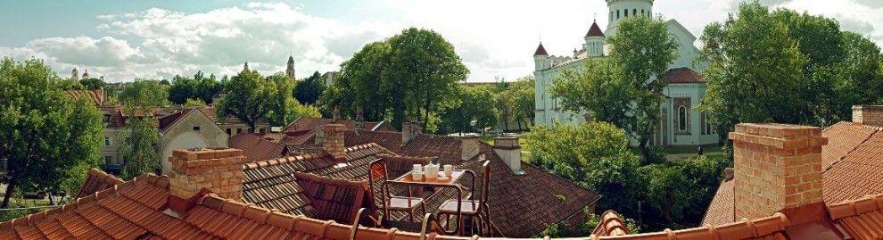 Si chiama Ridged Roof Furniture e offre la possibilità, a chiunque non possieda una terrazza o un giardino, di fare colazione, pranzare o cenare all'aria aperta. Si tratta di un tavolino e due sedie progettati in modo da poter essere assicurati ai tetti delle proprie abitazioni; con un scalet