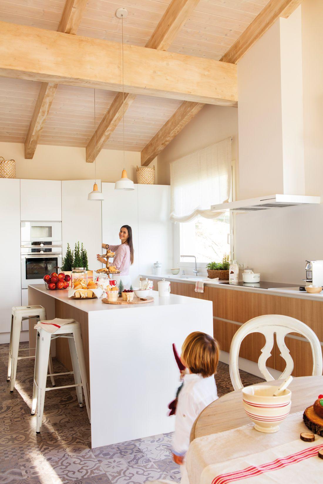 Cocina con muebles blancos y de madera, mosaico hidráulico, isla ...