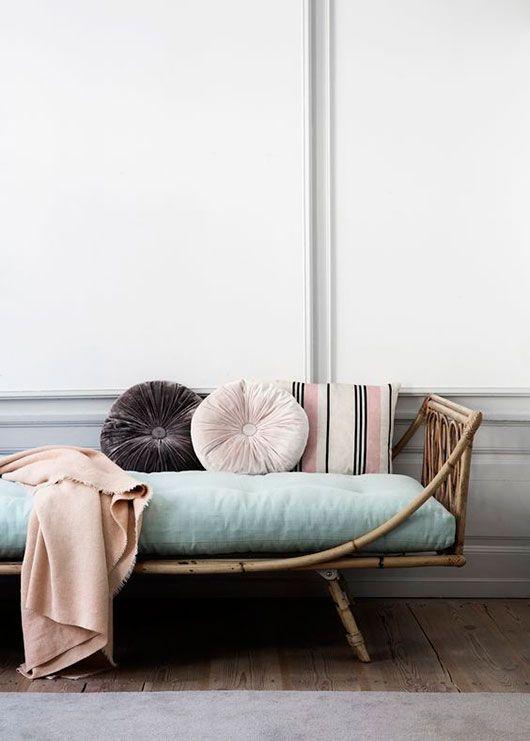 diván de ratán con cojines en colores pastel / sfgirlbybay