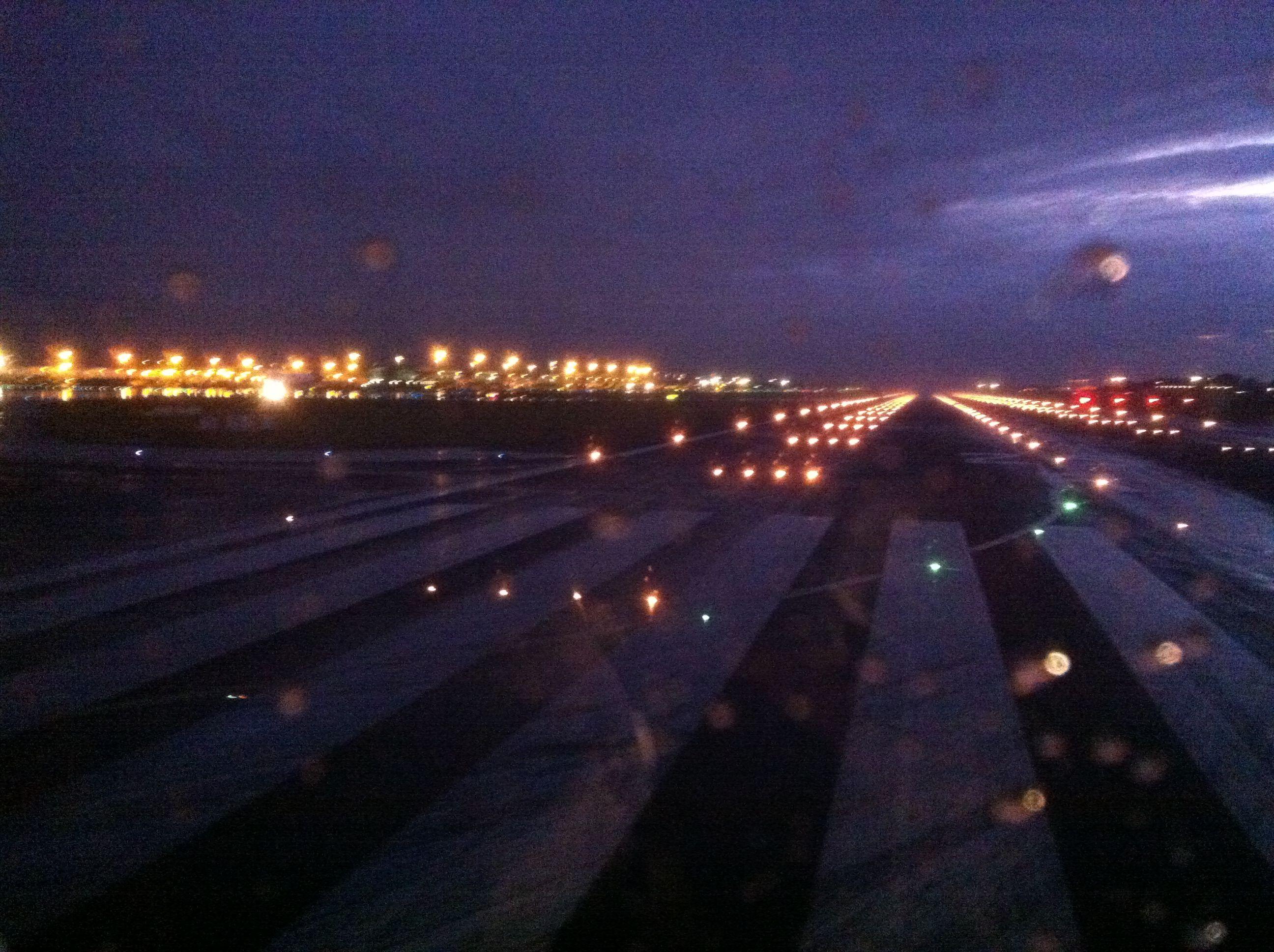 Brussels Airport Runway Rainy Night Mit Bildern