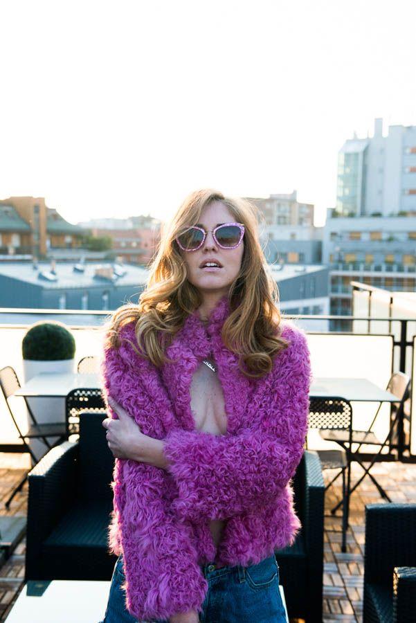 Coat, Philosophy di Alberta Ferretti; Sunglasses, Miu Miu; Shorts, Levi's; Bag, CHANEL