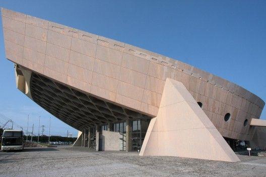 Kagawa Prefectural Gymnasium - Takamatsu, Japón (1962 - 64)  - Diseño Brutalista - El diseño de la azotea es un paraboloide hiperbólica - Construido para los juegos olímpicos de 1964