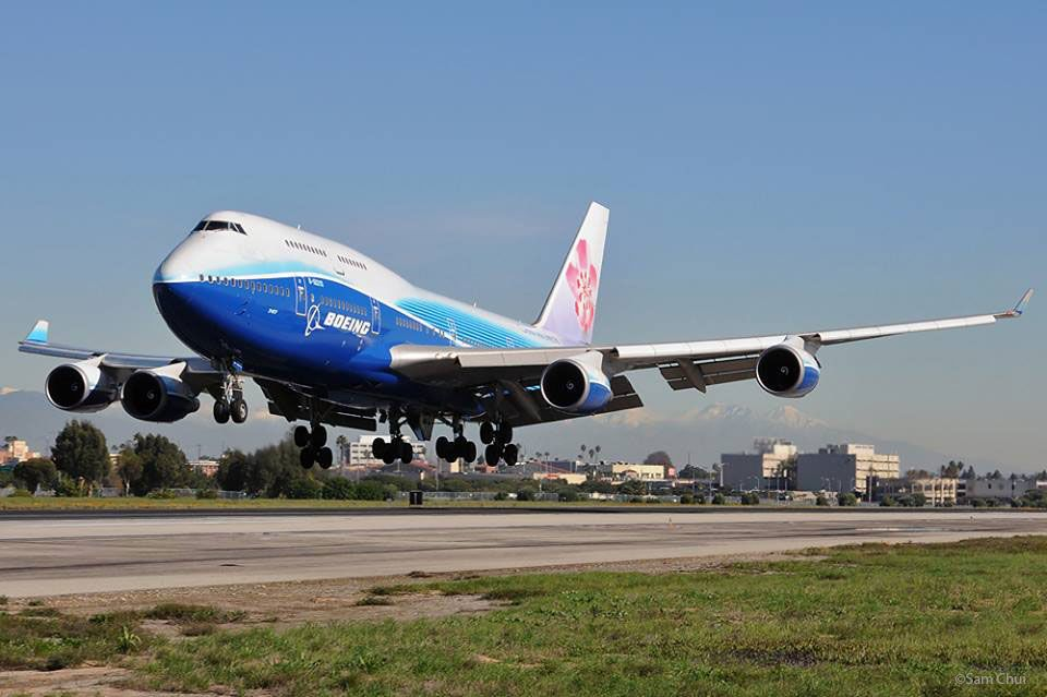 Farewell Boeing 747-400 in Boeing dreamliner livery! What a sensation!