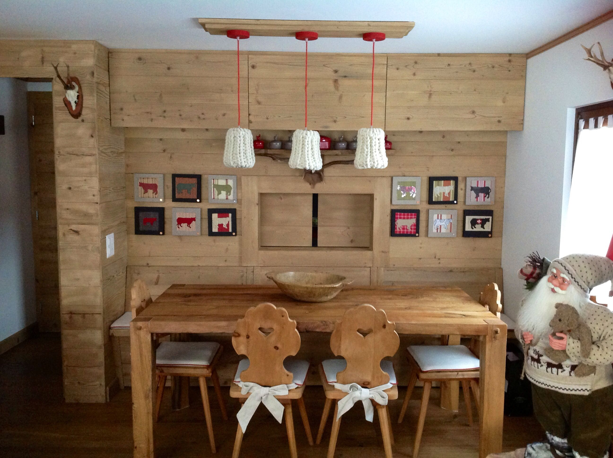 Zona pranzo passa vivande con cucina casa di montagna arredatrice e quadri marina aletti - Arredamento casa in montagna ...