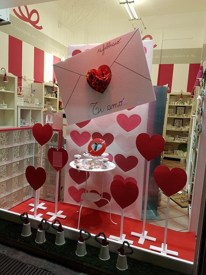 Ed ecco la vetrina di San Valentino di Simona Sandrini per il suo negozio di bomboniere