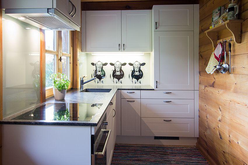 Wohnküche aus Holz mit offener Deckenkonstruktion Holz in der Küche