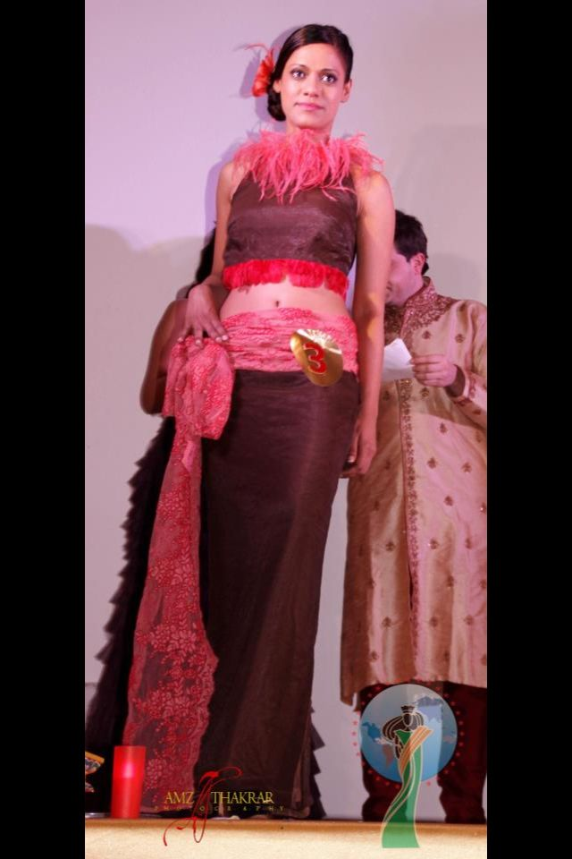 Cuerpo y falda de seda y encaje y favorecedor escote con plumas coral. info@sicalipsis.eu