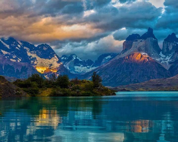 Gli spettacolari paesaggi della Patagonia. La luce del sole filtra sul Lago Blu, una delle meraviglie dell'Argentina.