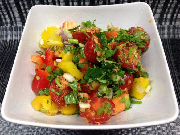 Salat mit avocado und paprika