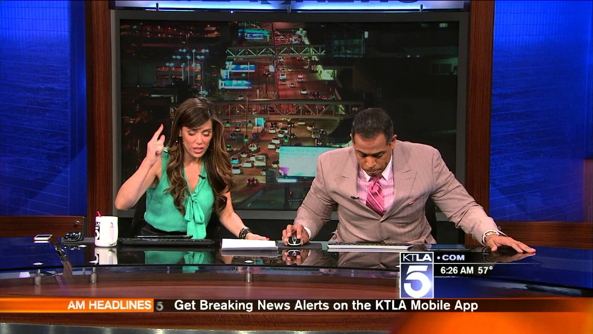 Los Angeles Television News Anchors React As Earthquake Hits During Live Broadcast News Anchor Live Tv Nbc News Anchors