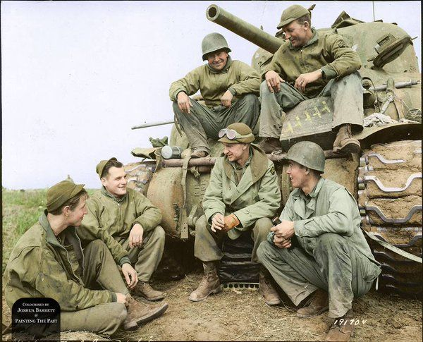 Военкор Эрни Пайл беседует с экипажем танка Шерман 191-й танкового батальона США. 2МВ. Анцио. Италия. 1944 г. https://t.co/zdv