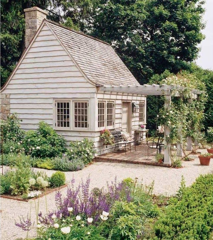 Großes helles Gartenhaus mit der Terrasse. Mehr