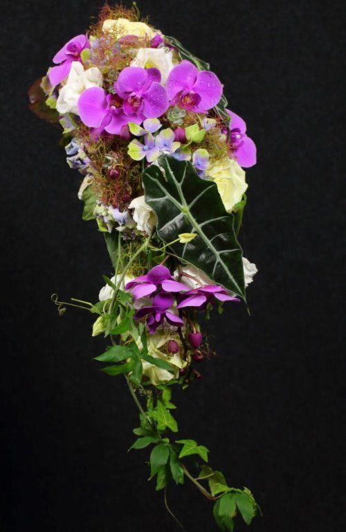 Abfließender Brautstrauß mit lila Orchideen