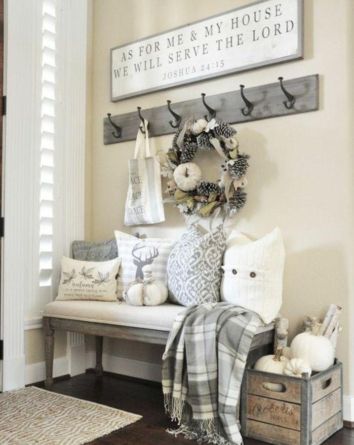 decoration-hall-entree-banc-vintage-coussins-en-blanc-et-gris-patere ...