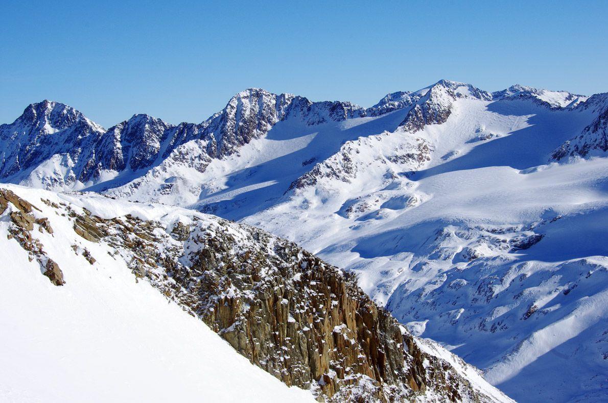 ADVENT DAYS | IM HINTEREN EIS (3269m) | SNOWCAMPITALY | Spettacolare sessione di backcountry su Punta della Vedretta (Im Hinteren Eis), in concomitanza all'ultimo weekend d'Avvento a Merano. Un itinerario cinque stelle che si sviluppa sulla cresta prospicente l'Hintereisferner, l'enorme lingua di ghiaccio che dal Palla Bianca (3738m) confluisce verso la Rofental. Dalla vetta ad attendere gli indomiti protagonisti, un tuffo mozzafiato di 1250m di dislivello verso Maso Corto. snowcamp.it