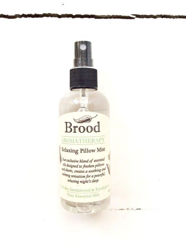 Ayuda a lograr un sueño más profundo y armonioso gracias a los poderes reales de aromaterapia de sus aceites esenciales: la Lavanda relaja y calma; el Eucali...