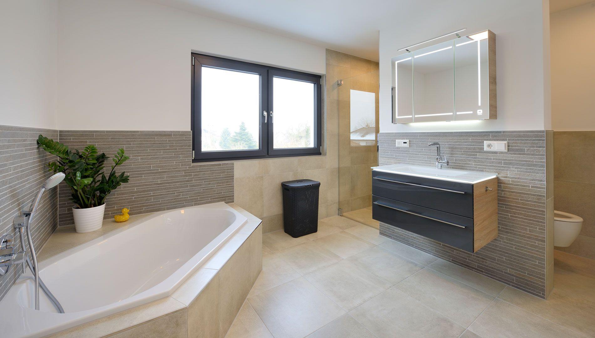 Haus Schmidt Bad mit Badewanne und Dusche