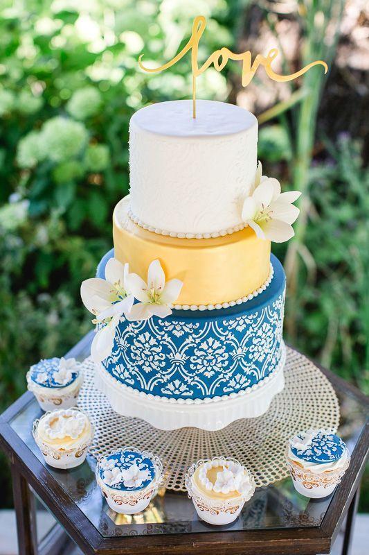 Wunderschoene Hochzeitstorte aus Fondant in weiss, gold und blau mit ...