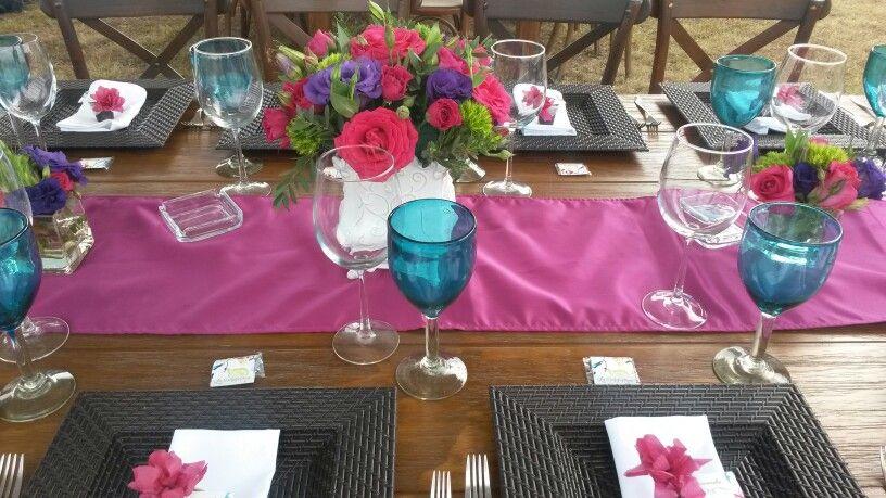 #Centro de mesa con liciantus y rosas #Base francesa de porcelana #Boda de dia