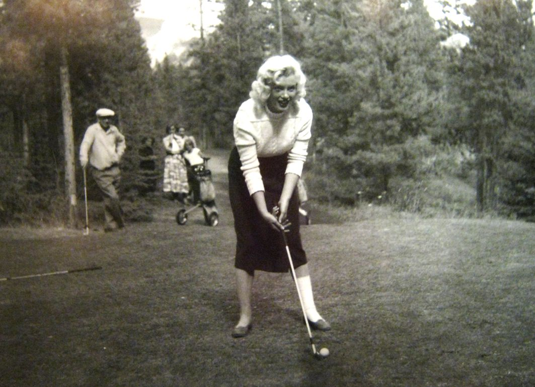 Monroe Canada Marilyn Monroe Learning To Play Golf In Spite Of A