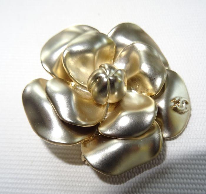 3c5aaf8337b7 Chanel - Gouden Camellia broche CC logo subtiel ingegraveerd voorop de broche  Chanel CC Camellia broche