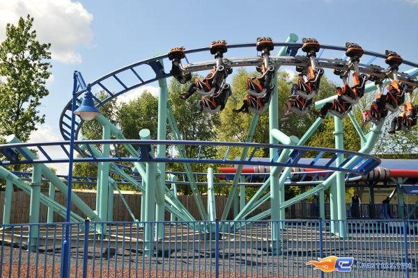 7/13 | Photo du Roller Coaster Jimmy Neutrons - Atomic Flyer situé à Movie Park Germany (Allemagne). Plus d'information sur notre site http://www.e-coasters.com !! Tous les meilleurs Parcs d'Attractions sur un seul site web !! Découvrez également notre vidéo embarquée à cette adresse : http://youtu.be/oYHYQodO8u4