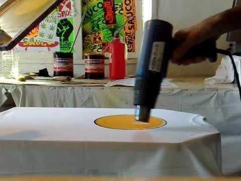 """Estampando en el taller con tintas plastisoles. En este caso es una carita de felicidad con varios puntitos negros que lo hicimos mediante el """"pique"""" de la e..."""
