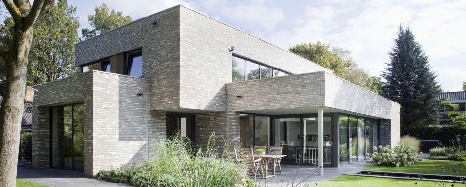 Tuinzijde moderne villa te bunnik tuin en woning vormen samen een geheel moderne villa - Te dekken moderne tuin ...