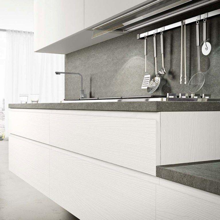un particolare sulle ante in laminato materico bianco della cucina ...