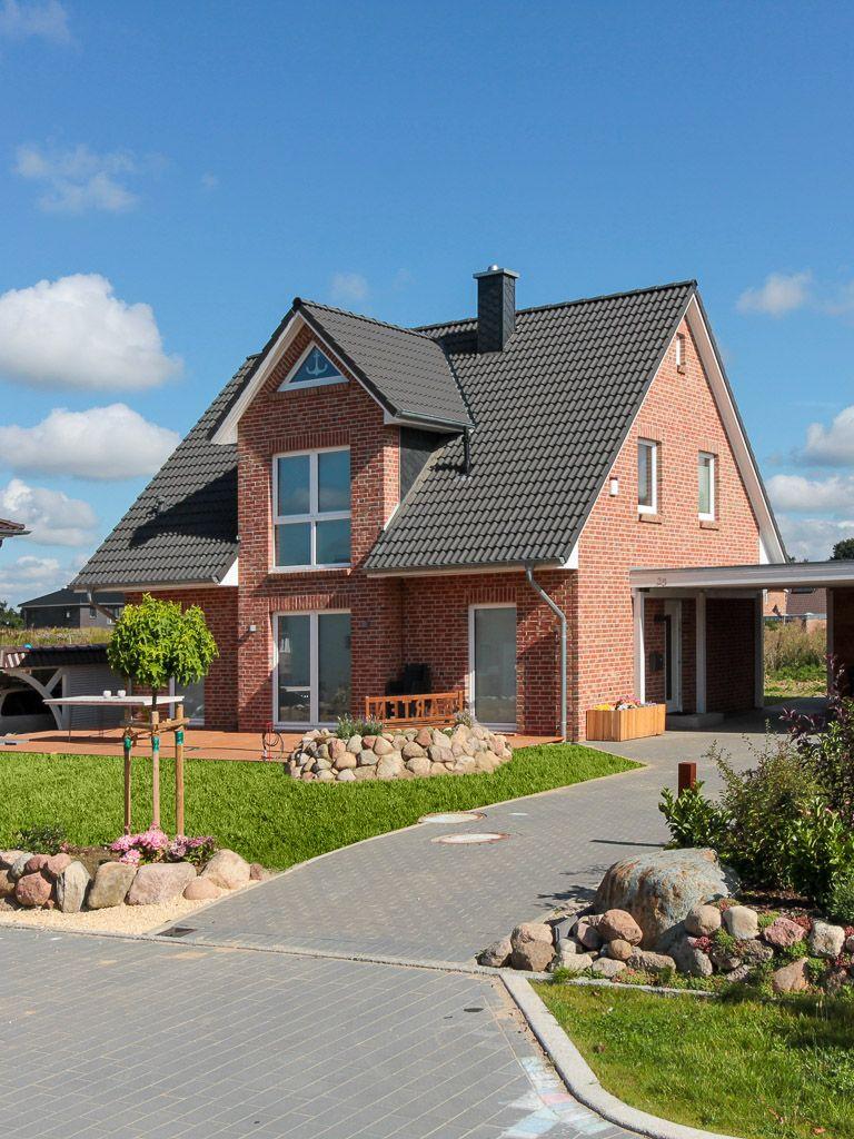 Einfamilienhaus mit kapit nsgiebel und rotem klinker von for Friesenhaus modern einrichten