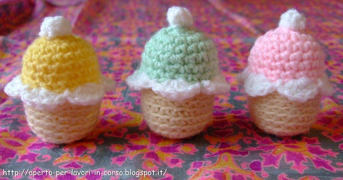 La sorpresa ce la dovete mettere voi: infatti, il bello di questi cupcakes è che possono essere anche utili contenitori, dato che ricopr...