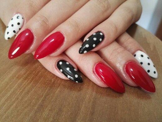 Pin up \u003c3 Unghie a stiletto rosse con indice bianco a pois neri e mignolo  nero a pois bianchi