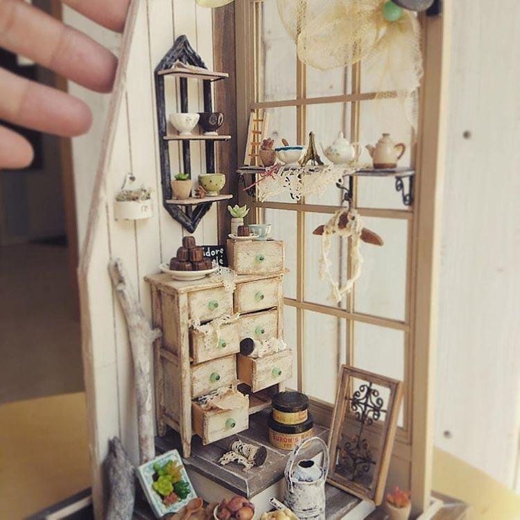 里帰りの子にお土産持たせました。 何が増えたかわかるでしょうか?  が、まだ嫁ぎ先に戻れず。 いつまでもいていいよ~(笑)  #miniature #dollhouse #ミニチュア#ドールハウス#littledaisy #アンティーク風 #フレンチインテリア風