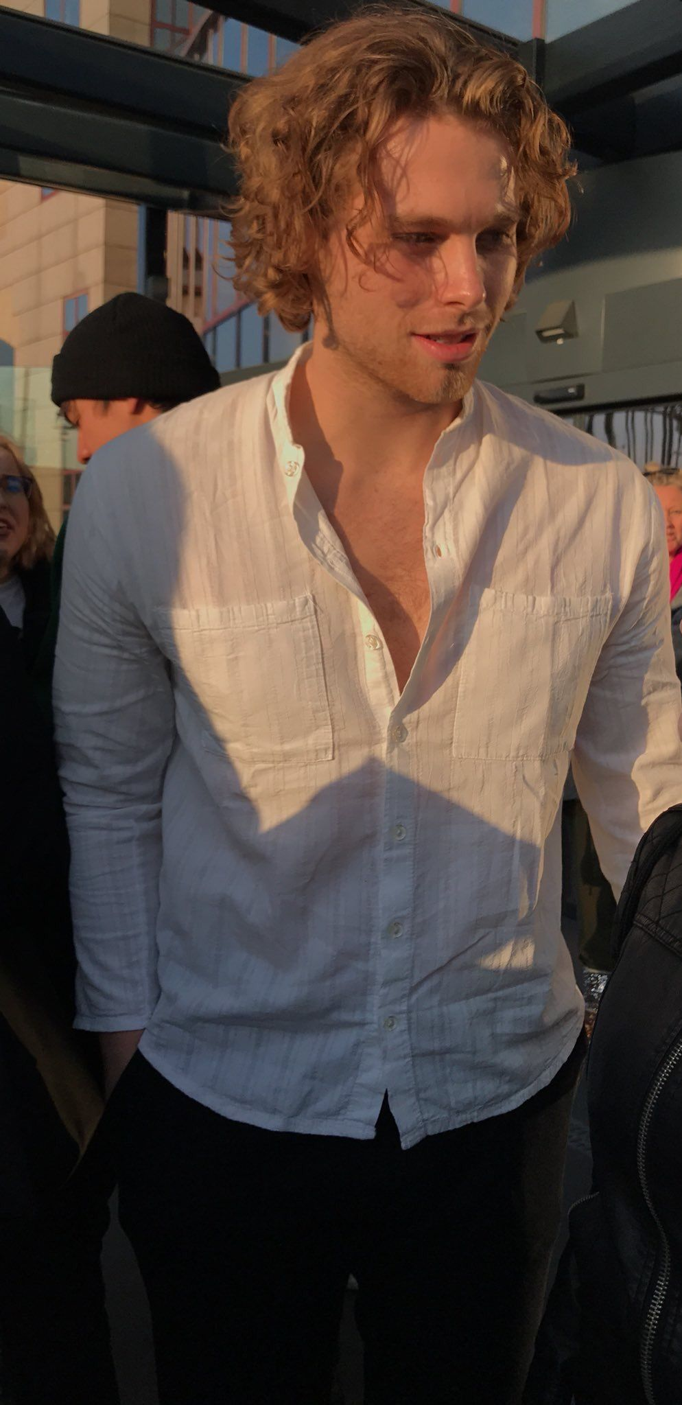 luke hemmings long hair slicked back white shirt | beige in