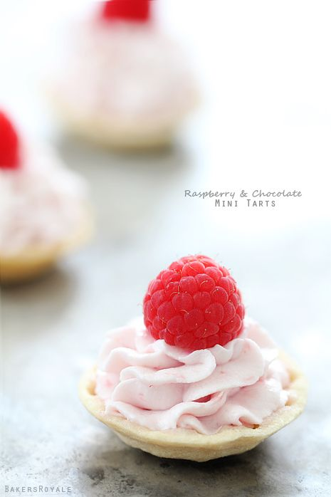 Mini Raspberry Tarts - no bake dessert from @bakersroyale
